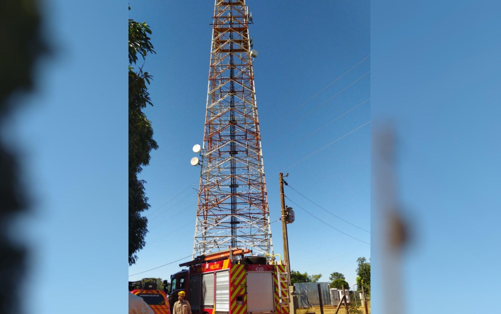 Homem é atacado por abelhas enquanto dava manutenção em torre de telefonia a 20 metros de altura