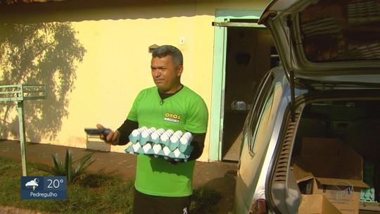 Coletor de lixo acha celular caído no meio da rua, localiza dono e devolve telefone em Serra Azul, SP
