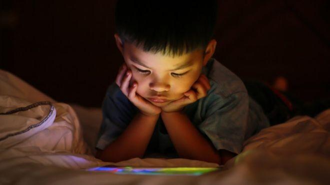 'Você não ensina como ser criativo apenas entrando em um app de criatividade', diz um pai que limita a quantidade de tempo que o filho pode passar em frente a telas (Foto: GETTY IMAGES/BBC News Brasil)