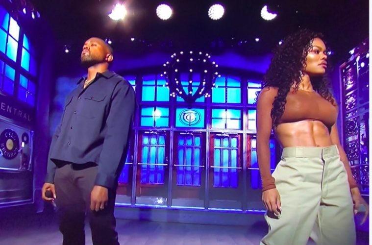 Teyana Taylor com Kanye West no programa Saturday Night Live (Foto: Reprodução)