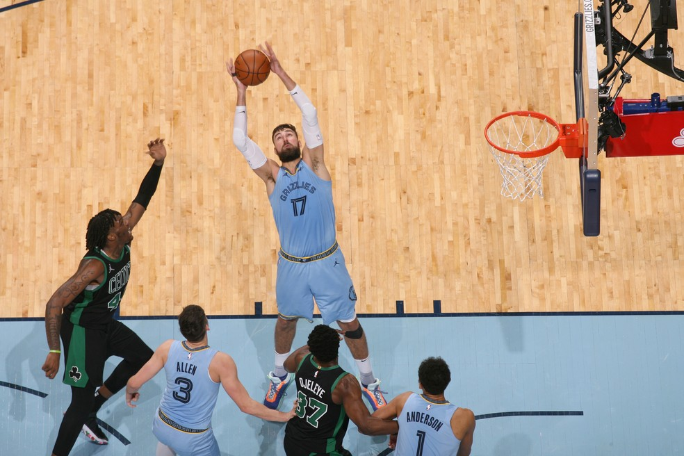 Valanciunas dominou o garrafão contra os Celtics — Foto: Joe Murphy/NBAE via Getty Images