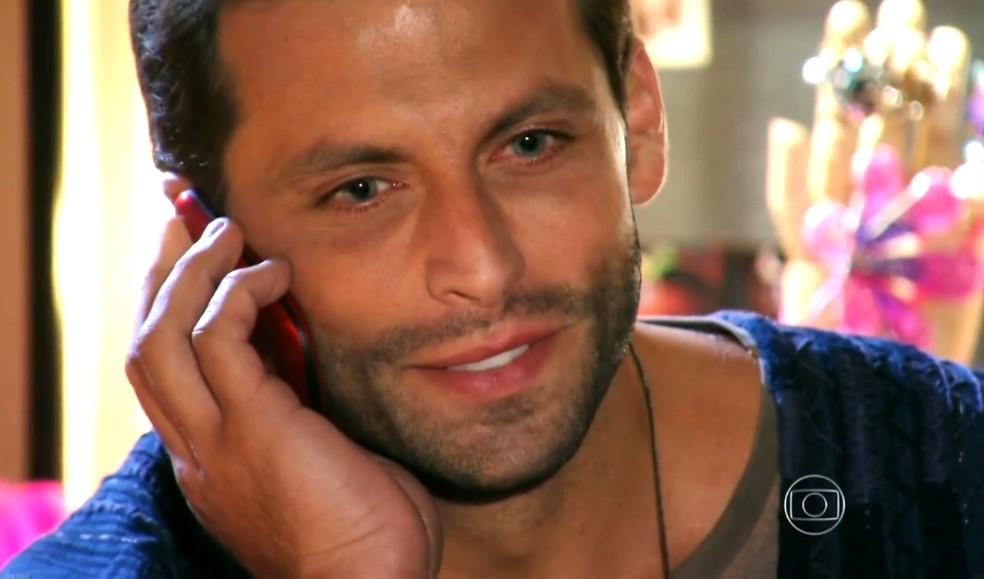 Cassiano (Henri Castelli) avisa a Chico (Cacá Amaral) que vai voltar ao Brasil - 'Flor do Caribe' — Foto: Globo