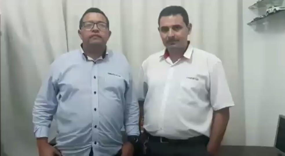 Presidente do Sinditaxi, Francisco Moura, homenageou o taxista Rafael (à direita) que devolveu a passageiro mochila com 18 mil dólares esquecida em táxi. — Foto: Reprodução