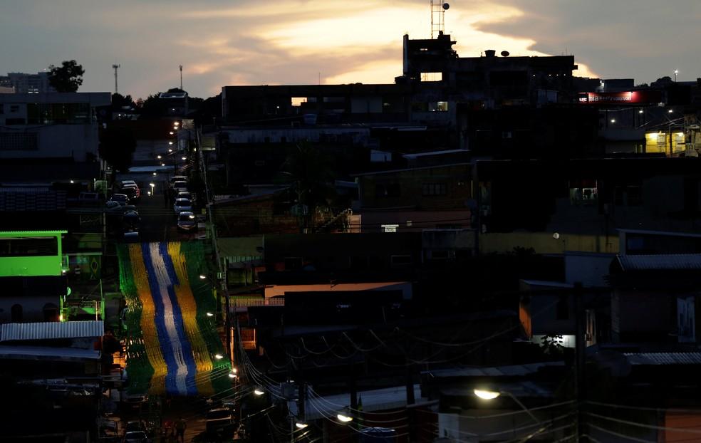 A vista da rua 3, no bairro Alvorada, em Manaus, repleta de bandeirinhas (Foto: Bruno Kelly/Reuters)