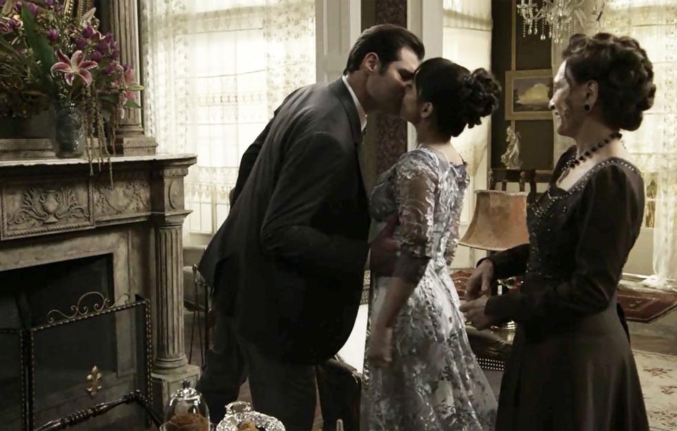 Darcy é obrigado a beijar Susana para conseguir a liberdade de Elisabeta  (Foto: TV Globo)