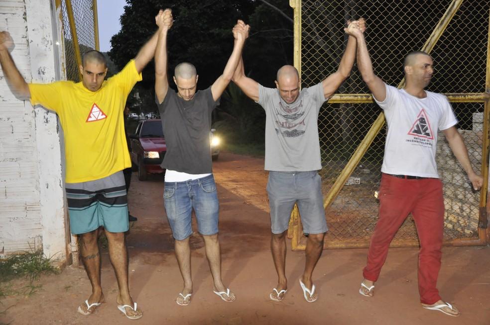 Brigadistas deixam a prisão em Santarém, Pará — Foto: Sílvia Vieira/G1