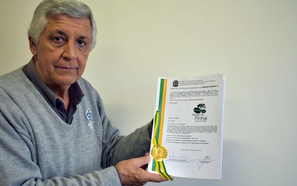O cafeicultor Henrique Antônio Leite Gallucci mostra o certificação de procedência do Café do Pinhal  — Foto: Luciano Calafiori/G1
