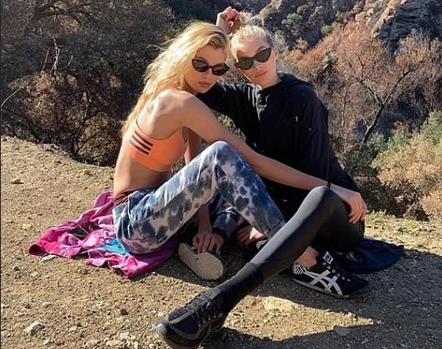 A modelo Stella Maxwell com a amiga modelo Elsa Hosk durante um passeio por um parque nos Estados Unidos (Foto: Instagram)
