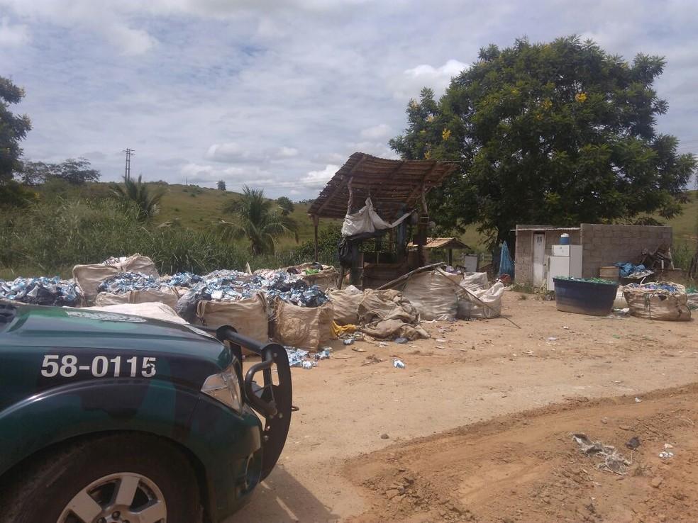 No terreno, foram encontradas garrafas de plástico, caixas de papelão e uma prensa elétrica de reciclagem (Foto: Divulgação/Polícia Ambiental)