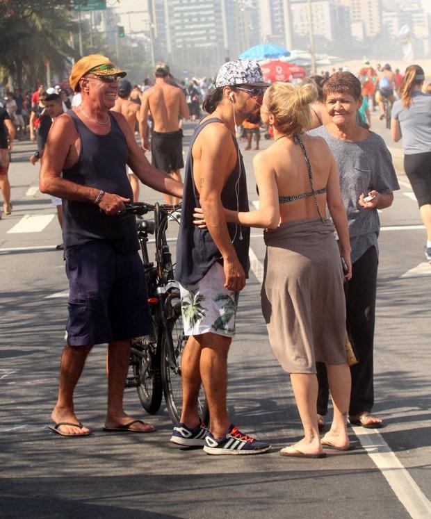 Danielle Winits com André Gonçalves e amigos (Foto: AgNews)