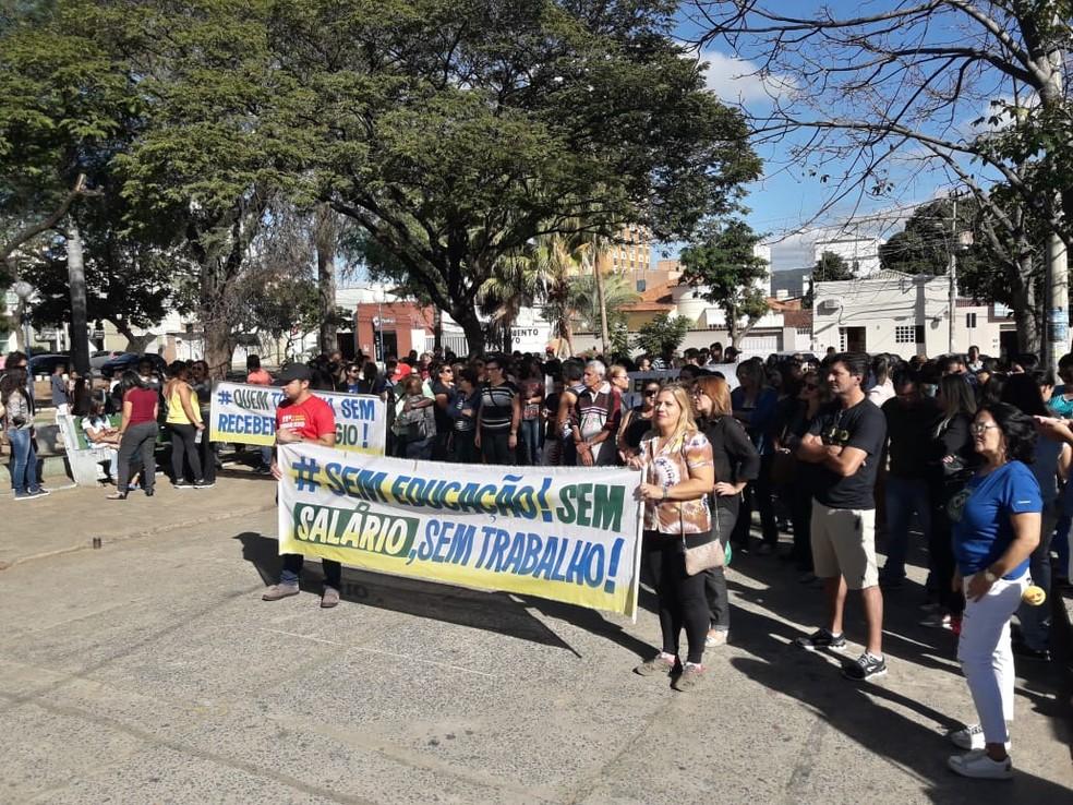 Servidores e alunos fizeram uma manifestação em Montes Claros (Foto: Fábio Alexsandro/Inter TV)