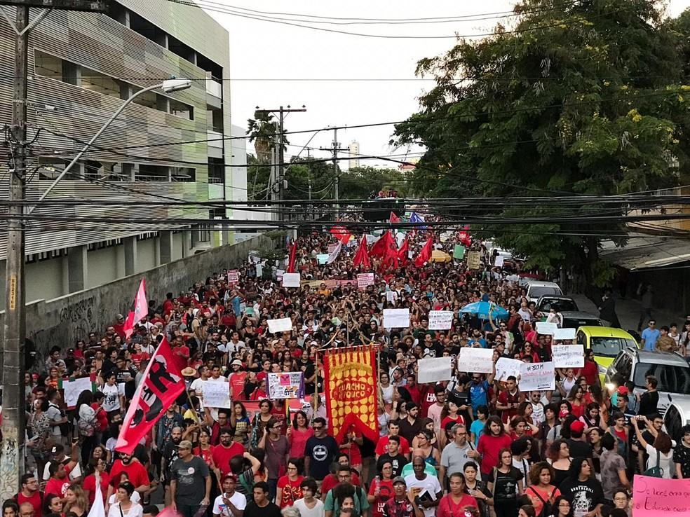 RECIFE, 17h17: Em defesa da educação, manifestantes saem em passeata pelas ruas do Centro da capital â?? Foto: Edilson Segundo/G1