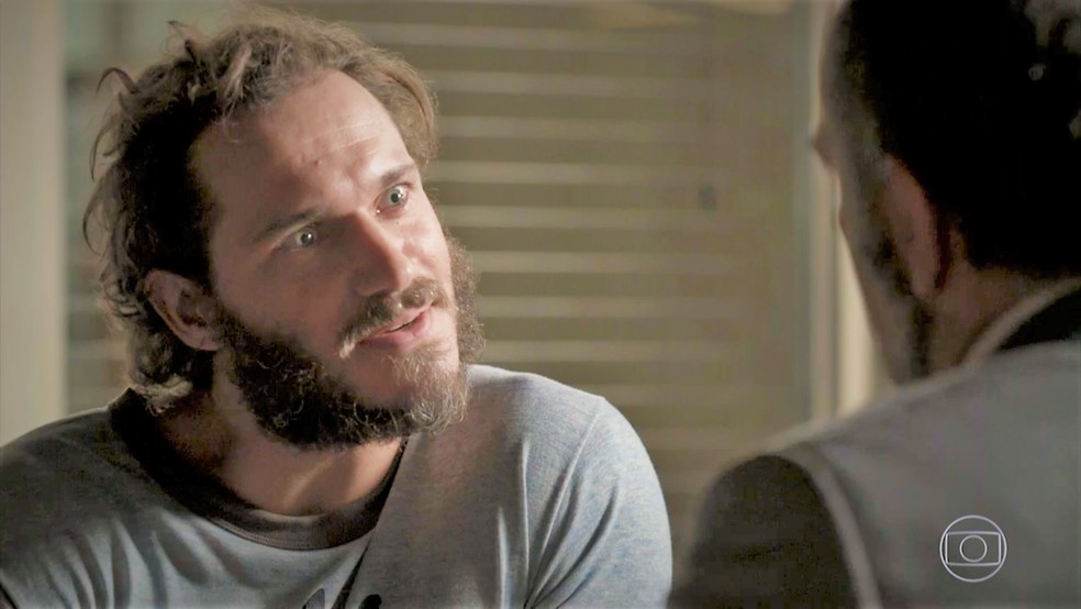 Dino (Paulo Rocha) pede dinheiro a Germano (Humberto Martins) em 'Totalmente Demais' — Foto: TV Globo