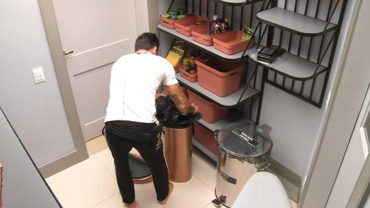 Gustavo descarta o lixo da cozinha