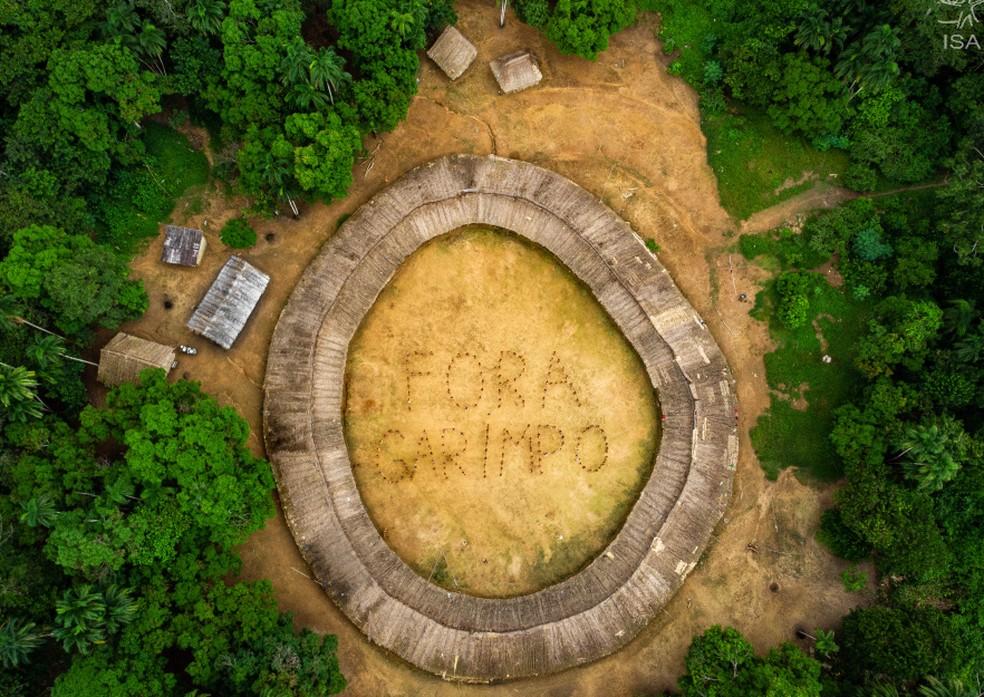 A Terra Indígena Yanomami fica localizada nos estados de Roraima e Amazonas; imagem mostra índios que posicionaram contra o garimpo ilegal na região — Foto: Victor Moryama/ISA/Divulgação