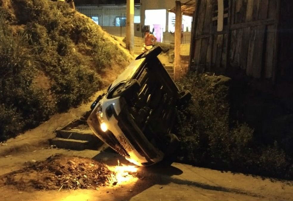 Carro despenca de barranco após ser ligado por criança no sul da Bahia — Foto: Superintendência Municipal de Transporte e Trânsito (Sutram)