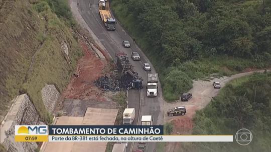 Após acidente com caminhão que transportava carvão, tráfego é feito no sistema pare e siga