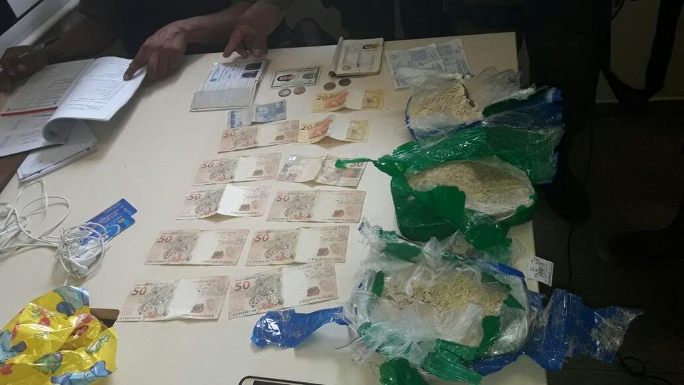 -  Droga e dinheiro apreendidos pela polícia em Oriximiná, no Pará  Foto: Divulgação/PM