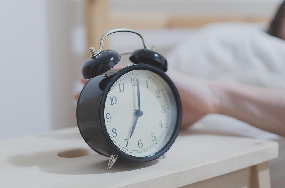 Cochilar após o toque do despertador pode confundir o corpo, fazendo com que substâncias sejam liberadas e a pessoa fique com mais sono (Foto: Pixabay)