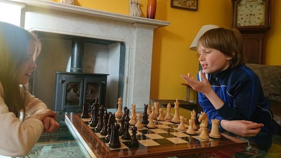 Quando não está praticando no clube, Freddy brinca com sua irmã Josephine — Foto: Arquivo pessoal