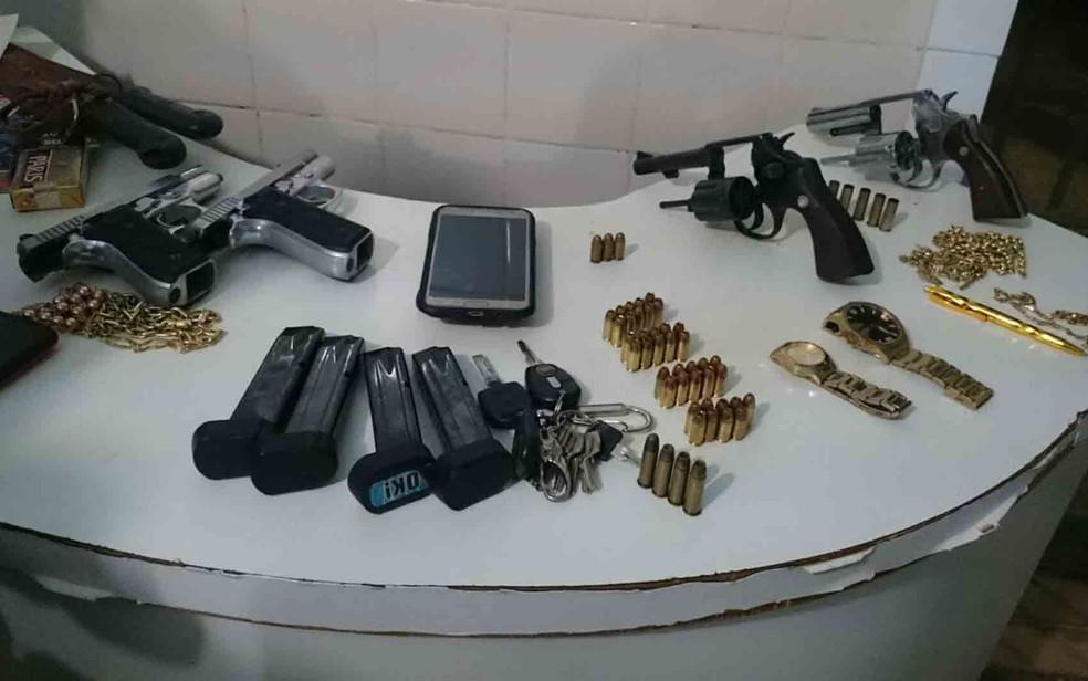 Armas foram apreendidas com grupo de mulheres após tiroteio entre ciganos (Foto: Ivonaldo Paiva/ Blogbraga)