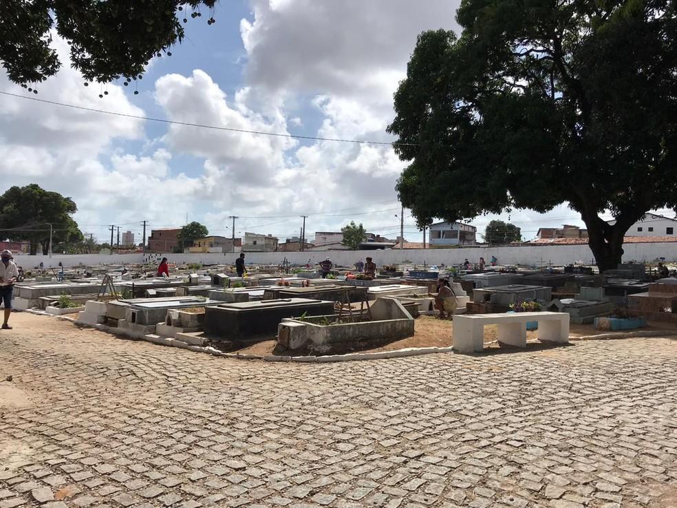 Cemitério do Bom Pastor, em Natal, recebe visitantes nesta segunda (2), Dia de Finados. — Foto: Ayrton Freire/Inter TV Cabugi