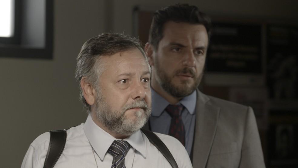 Caio está junto com o delegado na hora que ele informa a Bibi que ela está presa — Foto: TV Globo