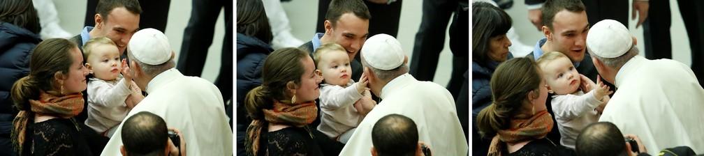 3 de janeiro - Combinação de fotos mostra um bebê fazendo carinho no rosto do Papa Francisco no Vaticano (Foto: Remo Casilli/Reuters)