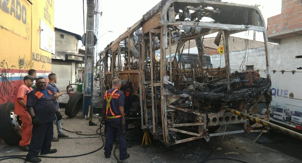 Ônibus estão entre os alvos dos ataques criminosos no Ceará — Foto: SVM