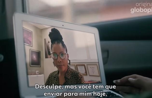 A cantora Jesuton interpreta a orientadora de Ellen (Heslaine Vieira) (Foto: Reprodução)