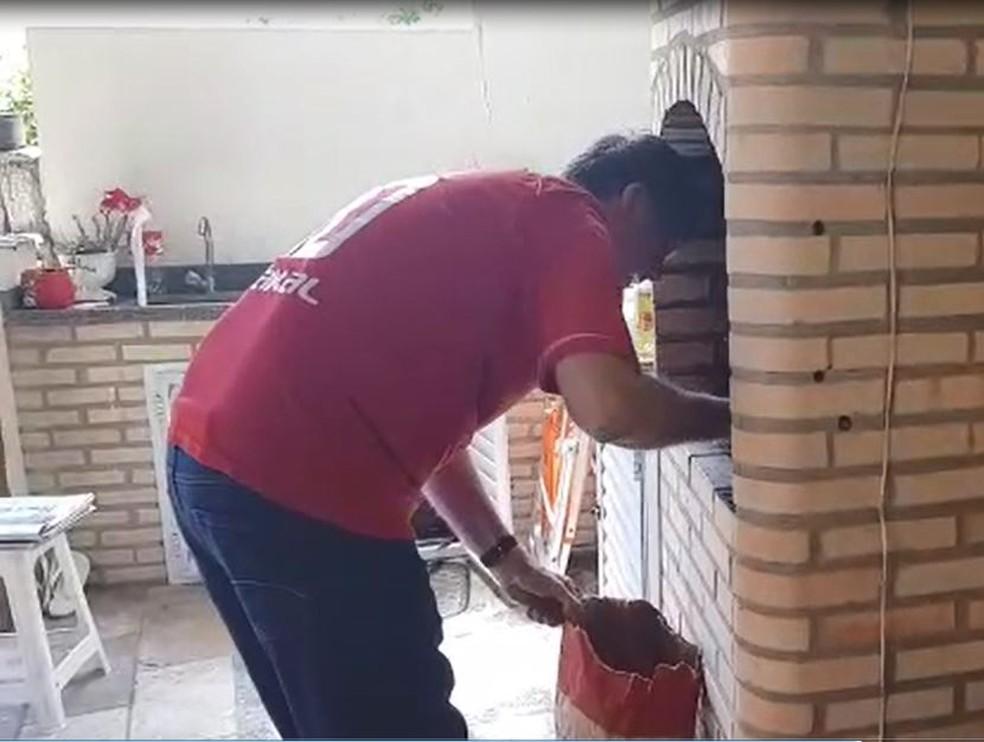 Bolsonaro fazendo churrasco em sua casa — Foto: Assessoria de imprensa do presidente eleito