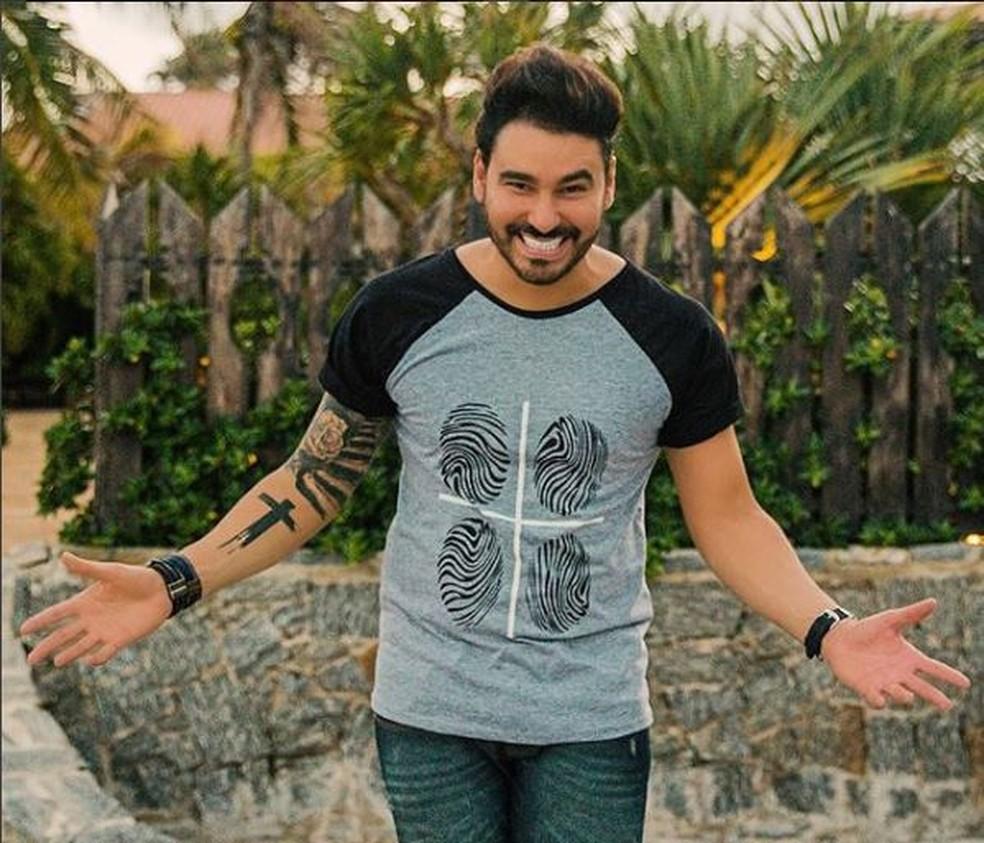 Guto Ribeiro faz show no Bar do Cebolinha. (Foto: Reprodução/Instagram)