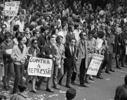 Chico Buarque em meio a fileira de artistas na Passeata dos Cem Mil, em 1968