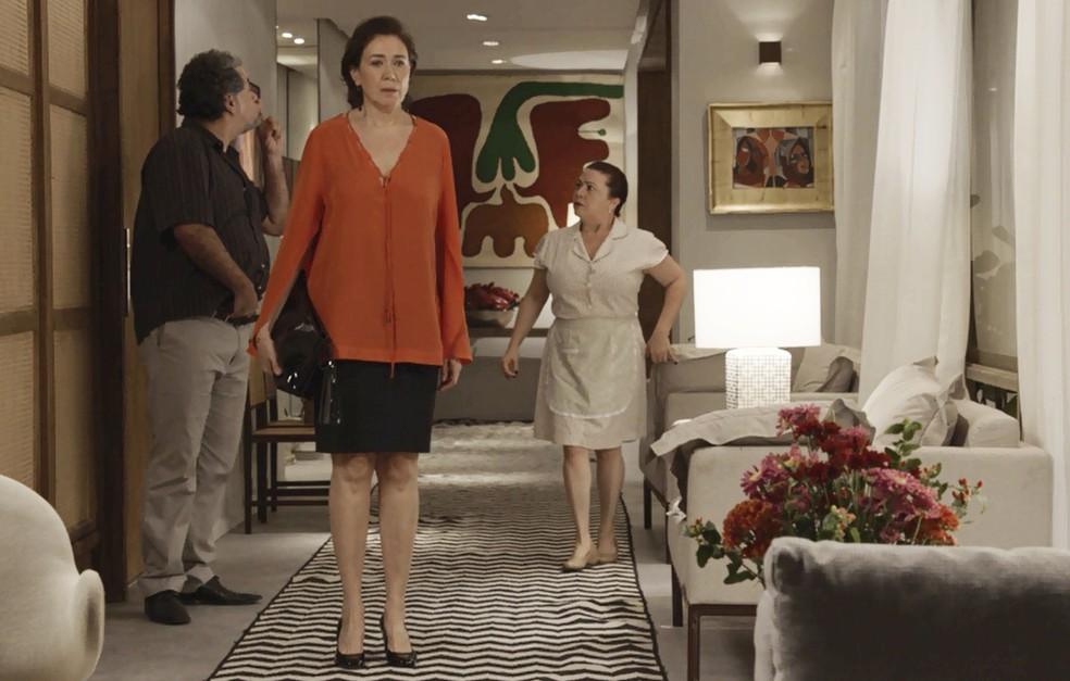 Agiota pressiona Silvana enquanto escolhe objetos para levar de garantia — Foto: TV Globo