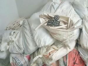 Suspeita foi encaminhada até a delegacia da cidade junto com o material apreendido (Foto: Divulgação / Polícia Militar)