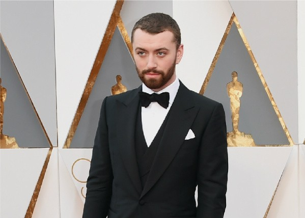 Sam Smith toma chá no tapete vermelho do Oscar (Foto: Getty Images)
