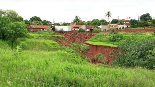 Cratera faz moradores deixarem suas casas em São Tomé