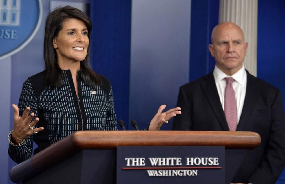 Embaixadora dos Estados Unidos na ONU, Nikki Haley, ao lado do assessor de Segurança Nacional da Casa Branca  (Foto: H.R. McMaster Mike Theiler / AFP)