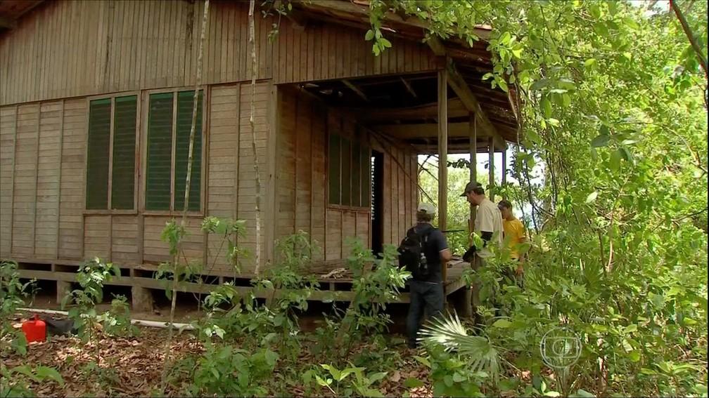 Onça vive em casa abandonada — Foto: TVCA/Reprodução