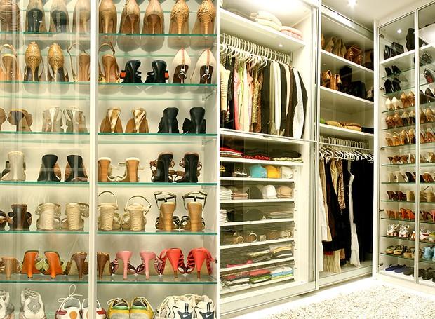 Detalhe do closet projetado pela designer de interiores Jóia Bergamo, com prateleiras de 1,11 m de largura, 0,29 m de profundidade e 0,02 m de espessura, que armazena até cinco pares de calçados (Foto: Graziella Widman)