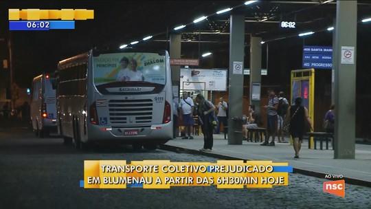 Funcionários do transporte coletivo fazem protesto e paralisam trabalhos em Blumenau