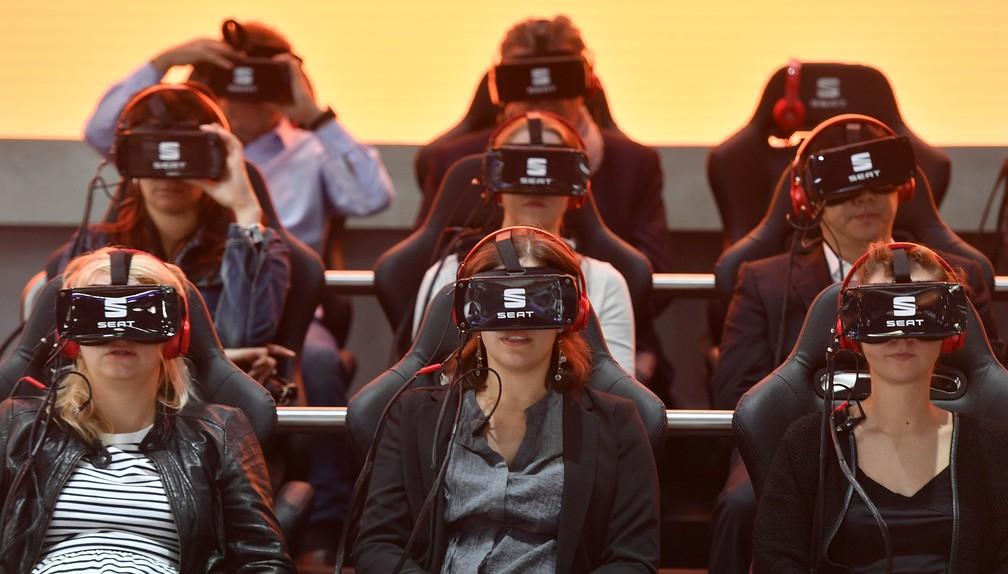 Visitantes usam óculos de realidade virtual em apresentação no Salão de Frankfurt (Foto: AP Photo/Martin Meissner)