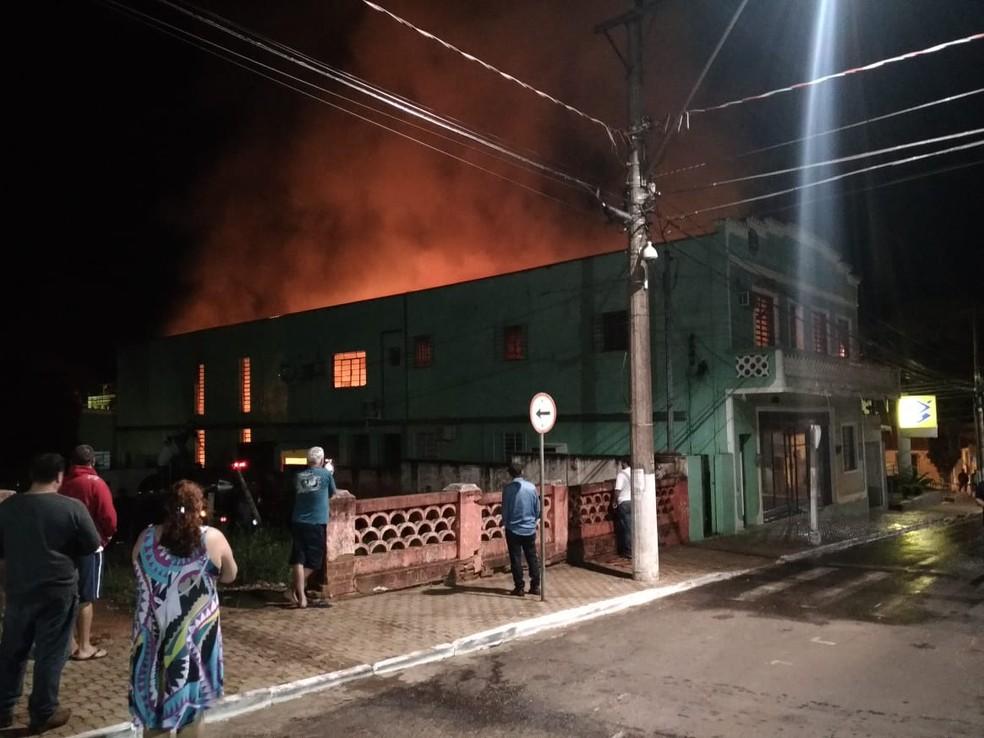 Prefeitura de Águas de Santa Bárbara pega fogo nesta madrugada (Foto: Divulgação/Policia Civil)