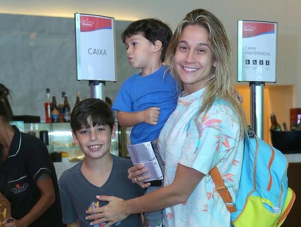 Fernanda Gentil com os filhos, Lucas e Gabriel (no colo) (Foto: Anderson Borde/AgNews)