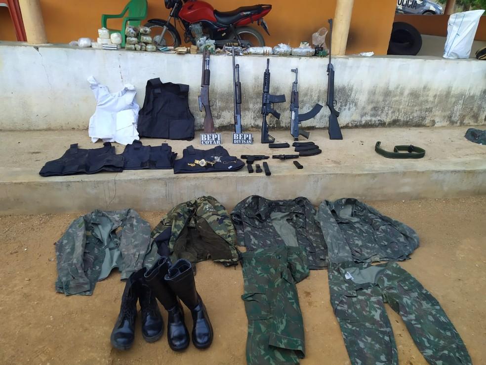 Além das armas e das drogas, roupas camufladas também foram encontradas com os suspeitos.  — Foto: Divulgação/PM