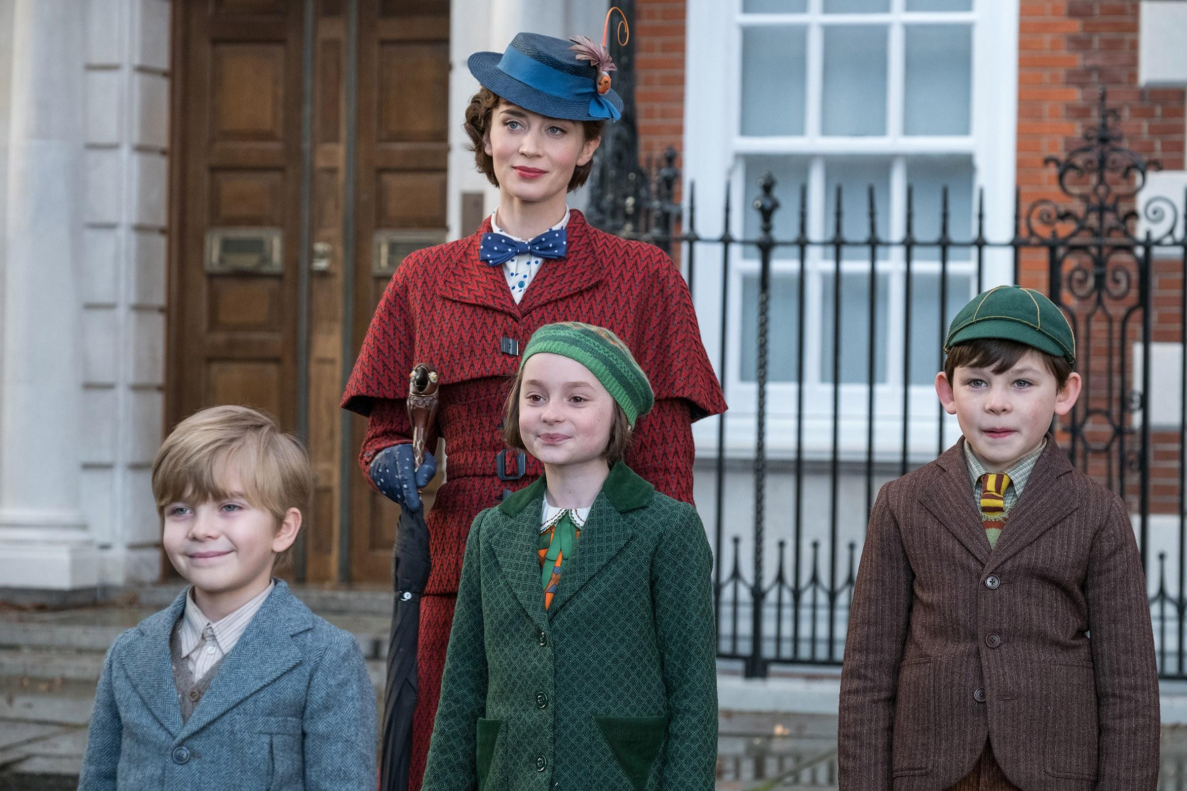 Mary Poppins retorna para cuidar das crianças Banks: tanto dos filhos de Michael Banks quanto dele mesmo e de sua irmã Jane, agora adultos (Foto: Divulgação)