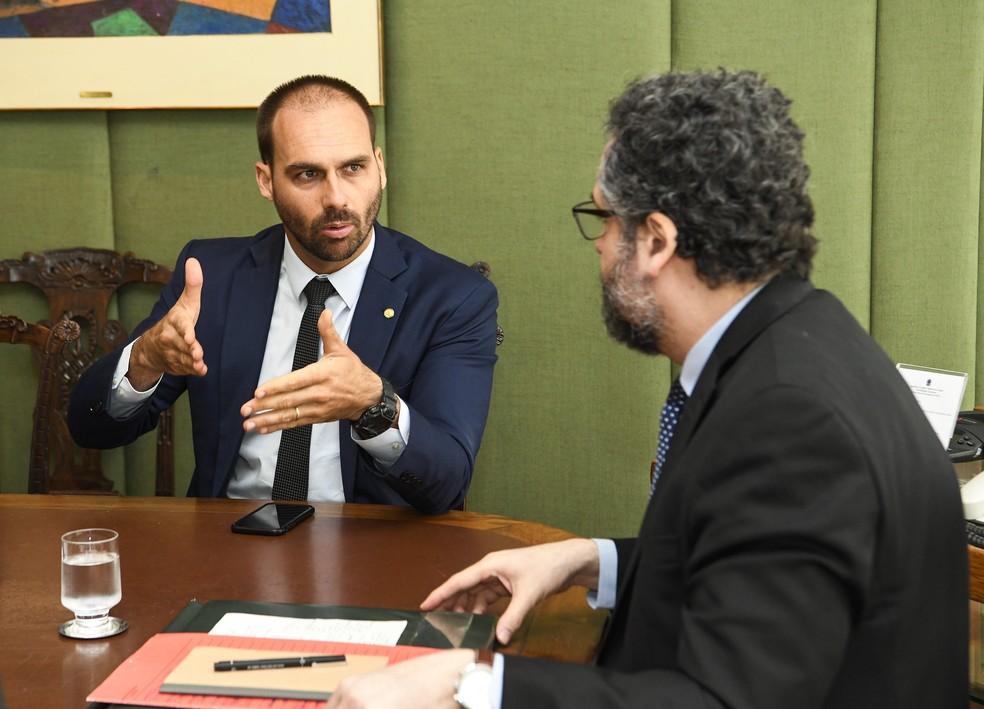 O deputado Eduardo Bolsonaro (PSL-SP) durante reunião com o ministro das Relações Exteriores, Ernesto Araújo — Foto: Arthur Max/Itamaraty