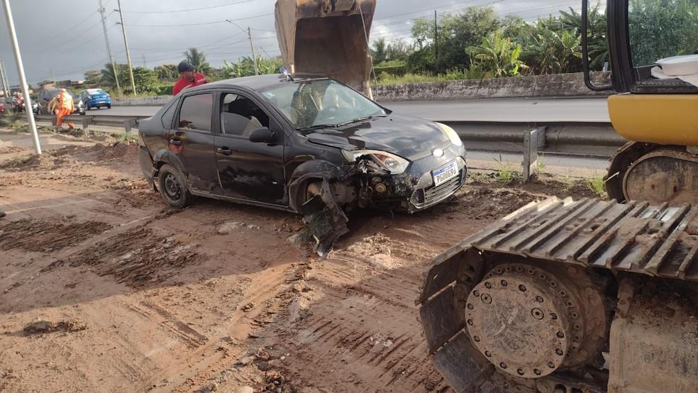 Veículo após ser retirado de buraco na Avenida Recife, na Zona Oeste da capital pernambucana — Foto: Dorval Domingues/WhatsApp