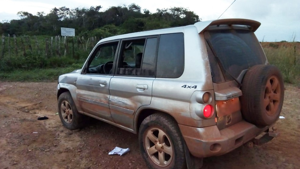 Pajero usada pelos criminosos foi abandonada em Macaíba, onde houve um novo confronto (Foto: PM/Divulgação)