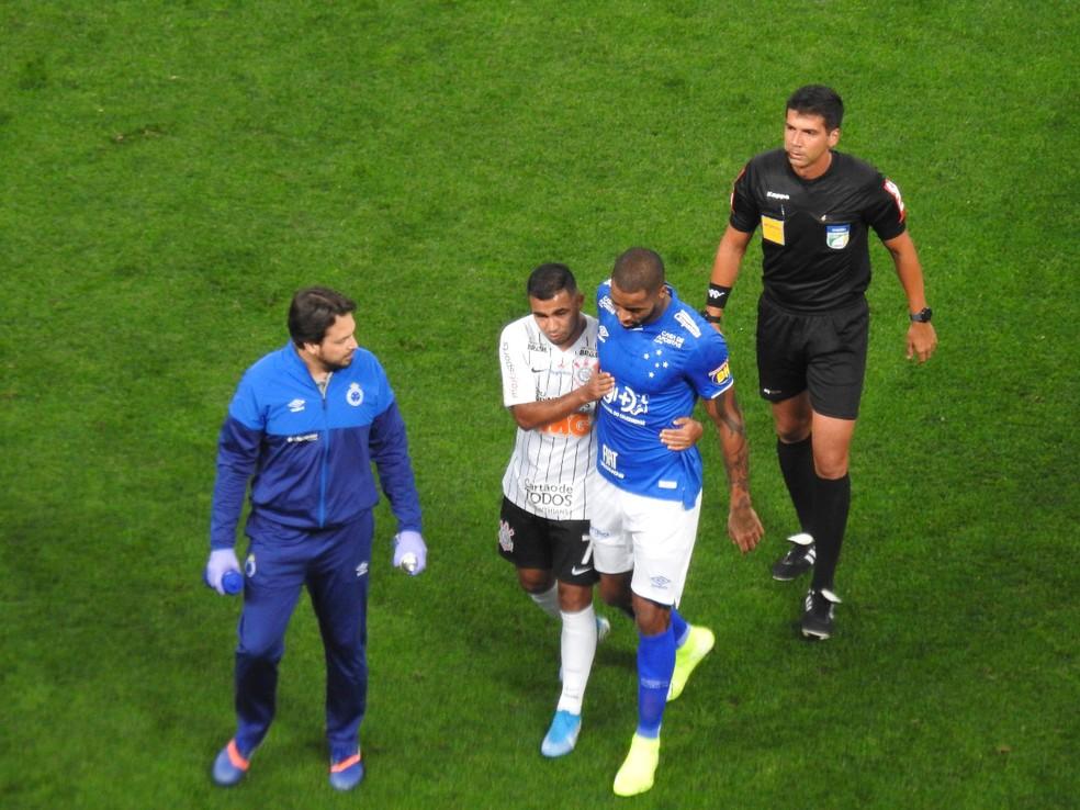 Dedé deixa o jogo contra o Corinthians, com dores no joelho direito, aos 12 do primeiro tempo — Foto: Marcelo Braga